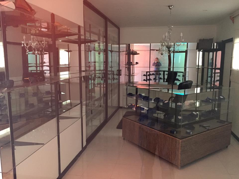 Estructuras de aluminio tipo vitrina de pared, y vitrina isla